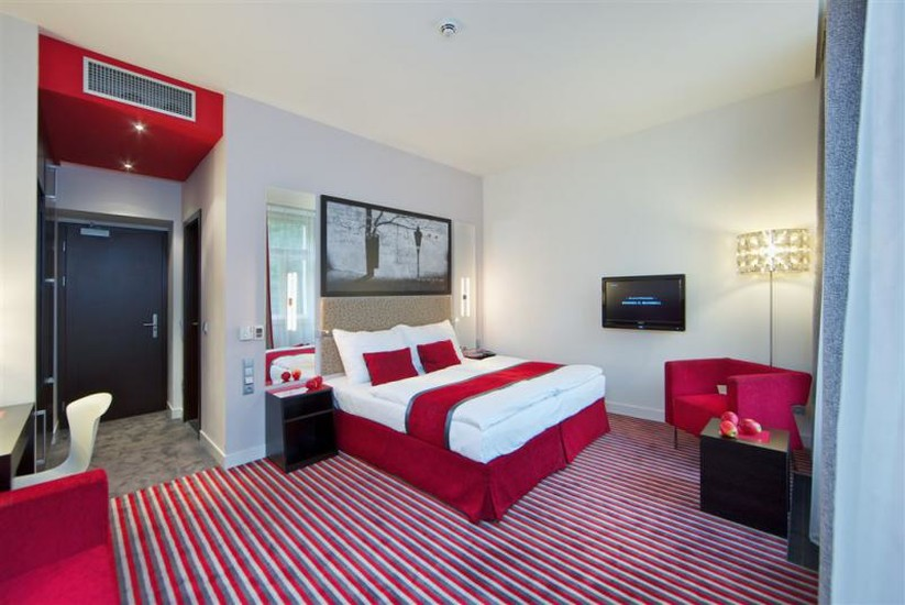 Red and blue design hotel hotels prague for Designhotel prag