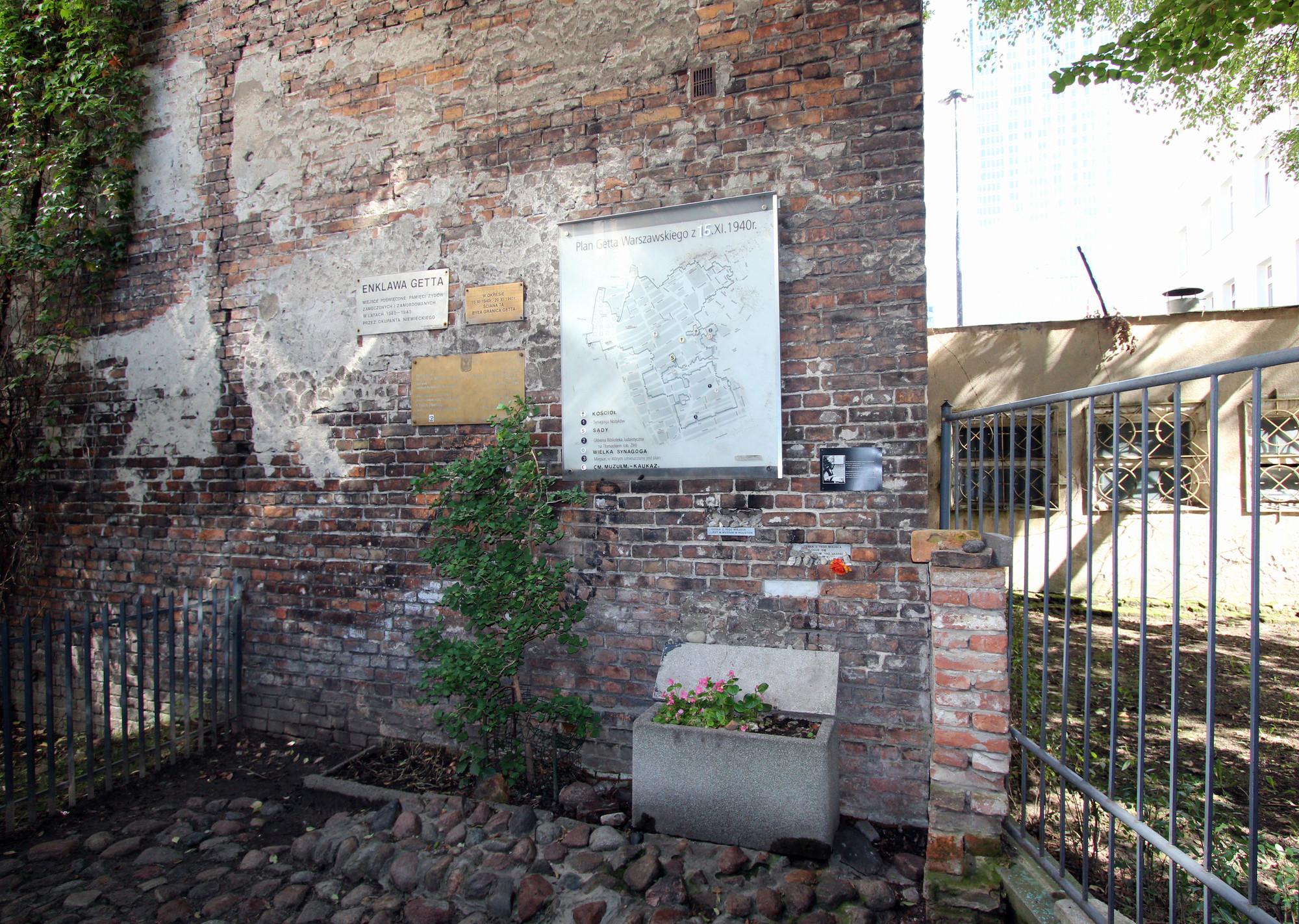 jewish ghetto wall fragment sightseeing warsaw