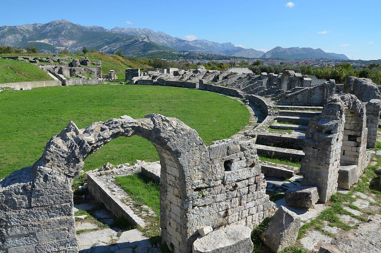 Amphitheatre Salona,_Dalamatia © CC / Carole Raddato