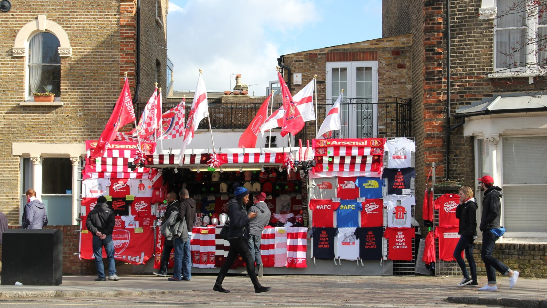 © sweetcocoa Shutterstock.com The fan shop outside Emirates Stadium