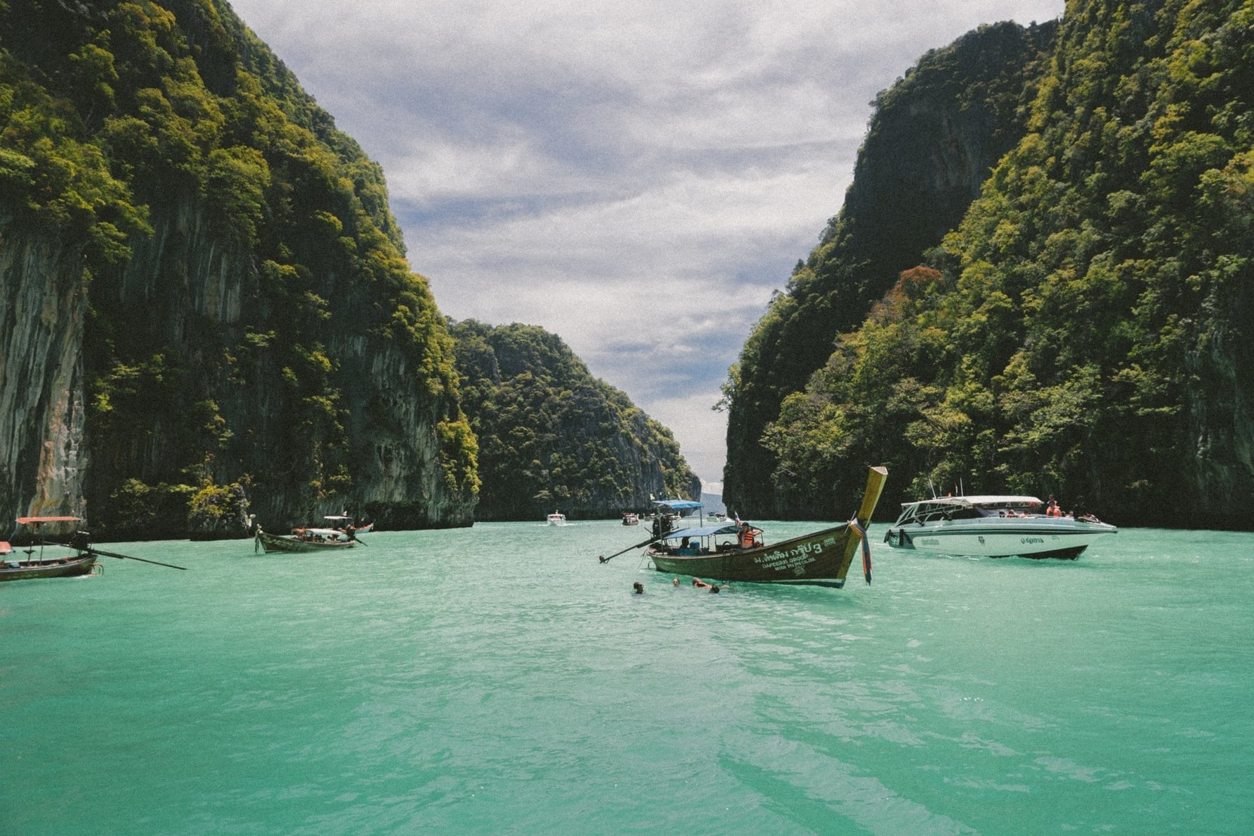 Tips for Vietnam on a Student Budget © jakob-owens-unsplash