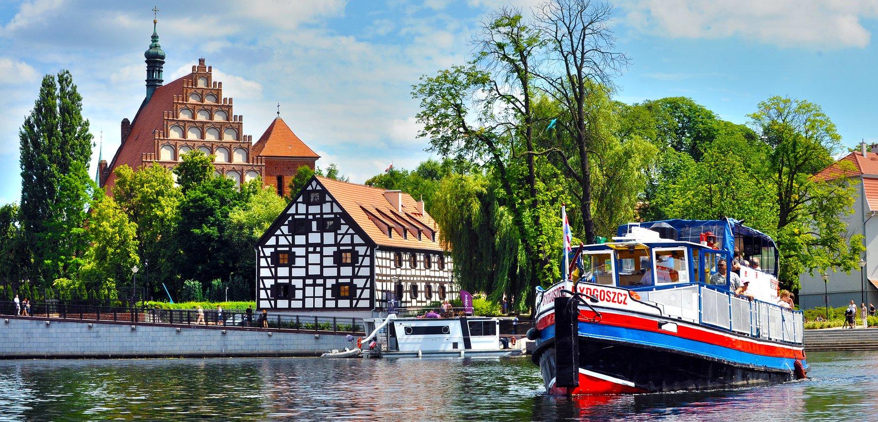 Brda River, Katedra, and Wyspa Młyńska in Bydgoszcz. Photo by Robert Sawicki
