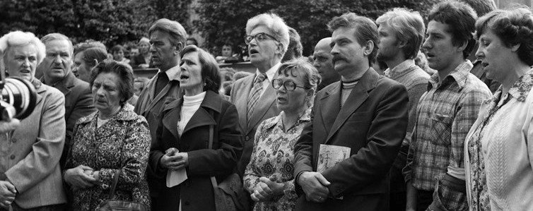 Lech with crowd at Strike in Gdansk Shipyard, August 1980 - Photo by Tadeusz Kłapyta