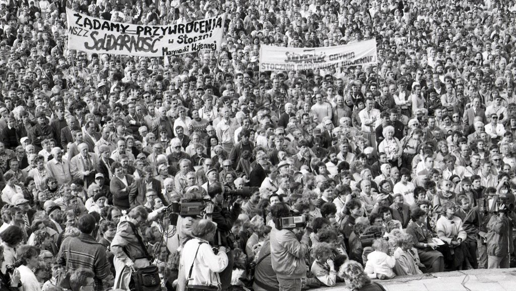 Solidarity supporters at election rally in Gdynia 1989 - Photo by Leonard Szmaglik