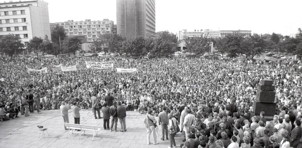 Solidarity supporters at election rally in Gdynia 1989 Wide Shot Photo by Leonard Szmaglik